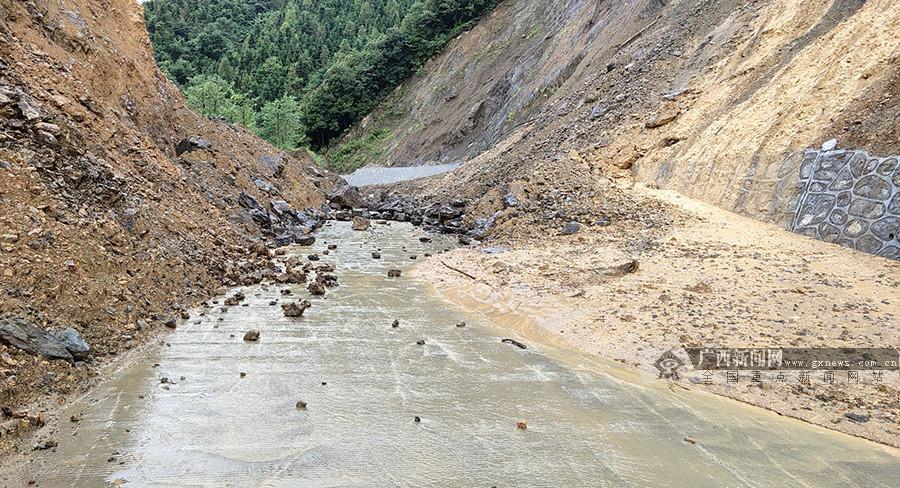 凤山县一路段发生塌方致交通中断 部门正全力抢通