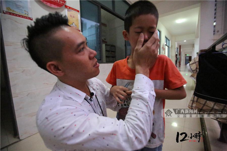 """【12小时】167名孤儿一个""""爹"""" 90后小伙辞掉高薪工作回母校当生活老师"""