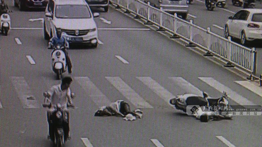 男子边骑电动自行车边看导航 撞死行人负全责(图)