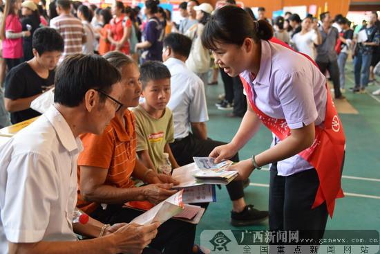 农行扶绥县支行积极开展反假货币知识宣传
