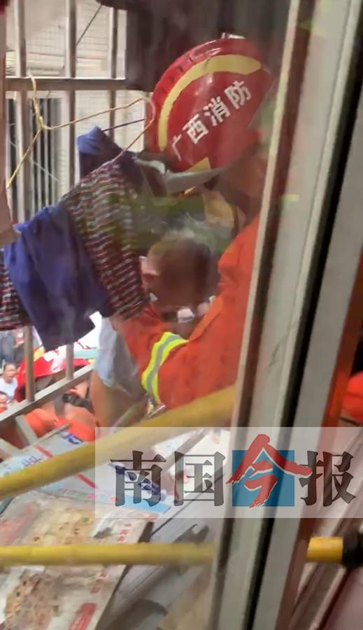 """三岁男童脖颈被卡防盗网 """"托举哥""""架设楼梯救人"""