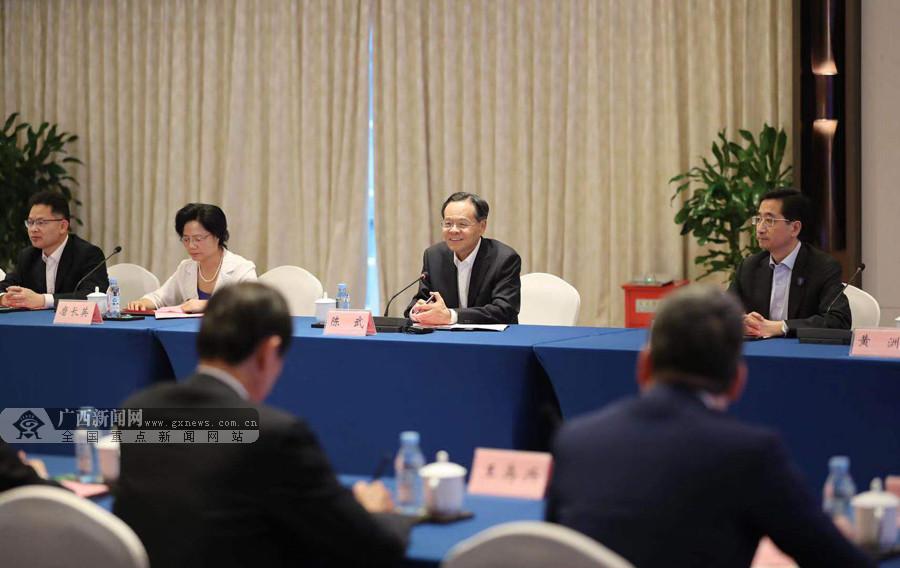 首届中国-东盟民营企业家峰会在邕举行 陈武同与会嘉宾座谈