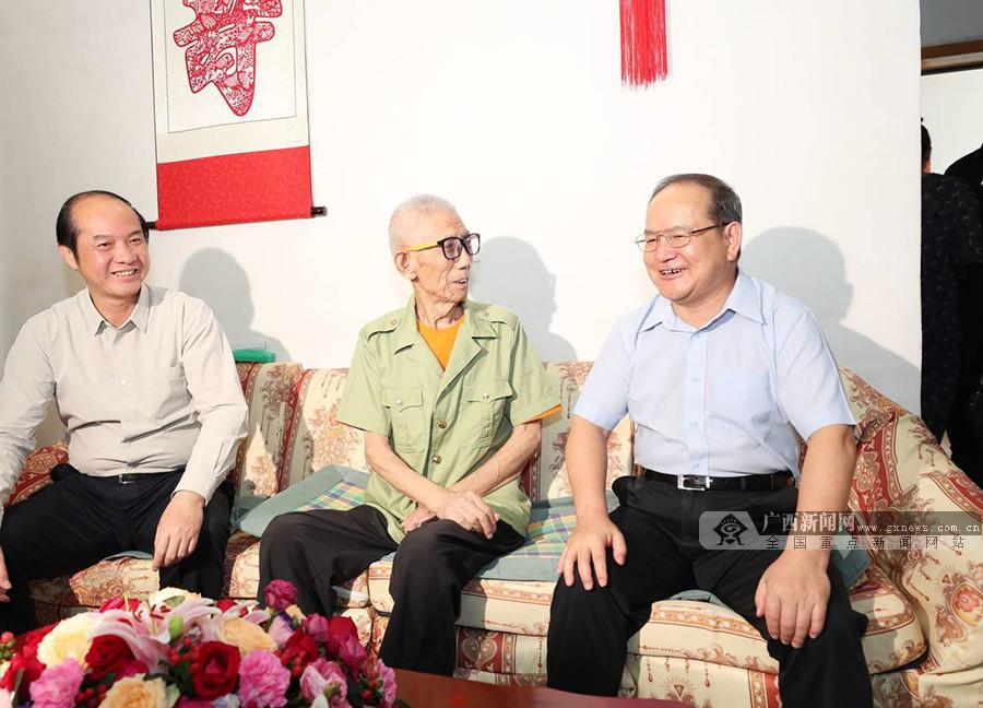 鹿心社走访慰问老战士老党员和全国劳模