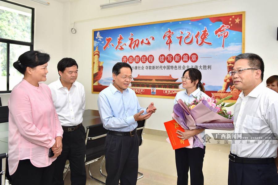 陈武走访慰问老战士全国优秀教师和全国劳模