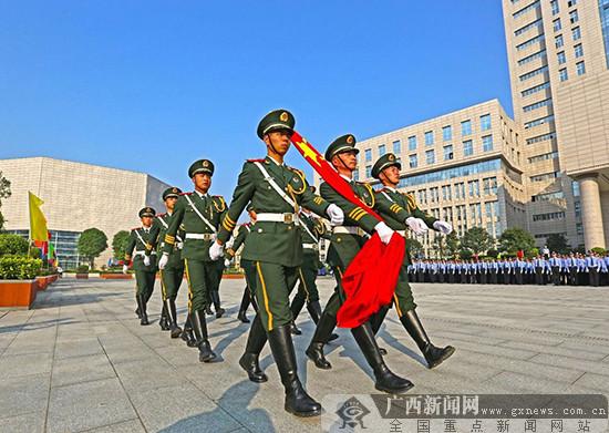 广西800多名民警齐唱《我和我的祖国》