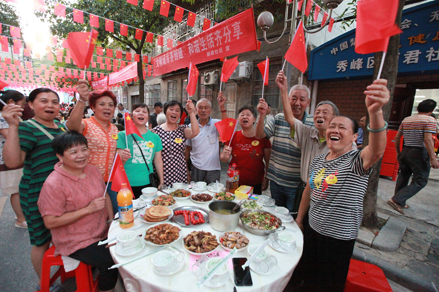桂林:社区居民举办百家宴 为祖国送上美好祝愿