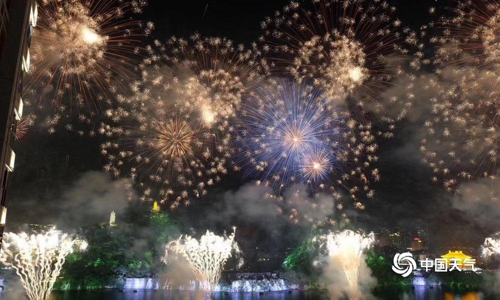 柳州:绚丽烟花迎接水上狂欢节开幕