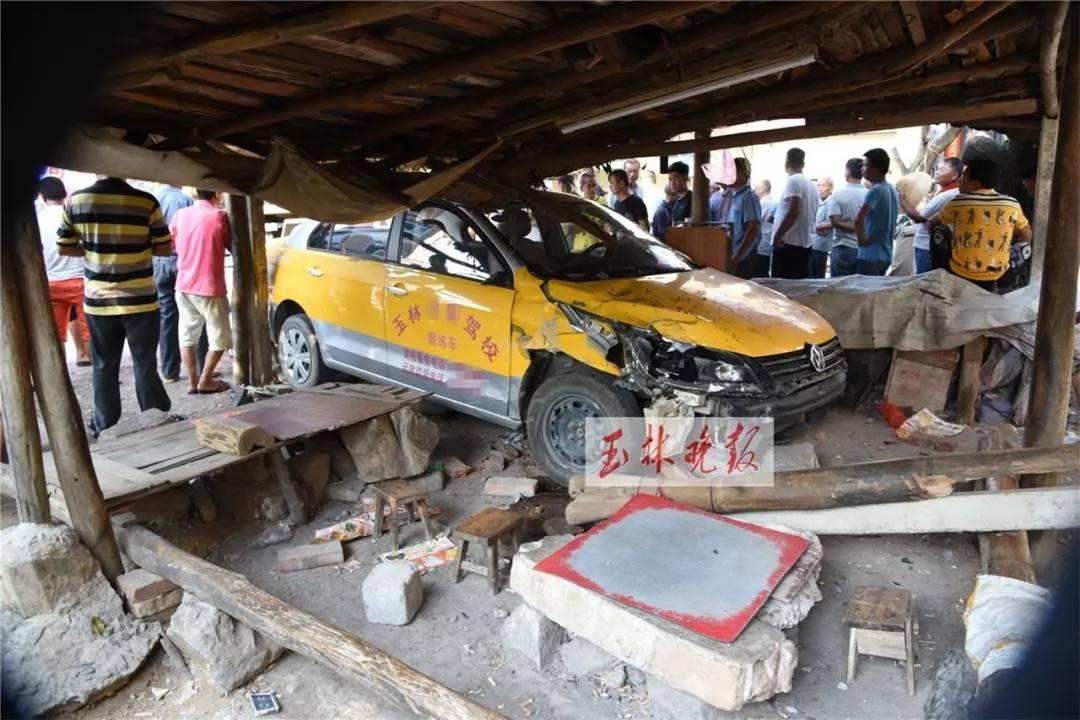 """玉林一教练车失控""""四连撞"""" 1男子当场身亡2人受伤"""