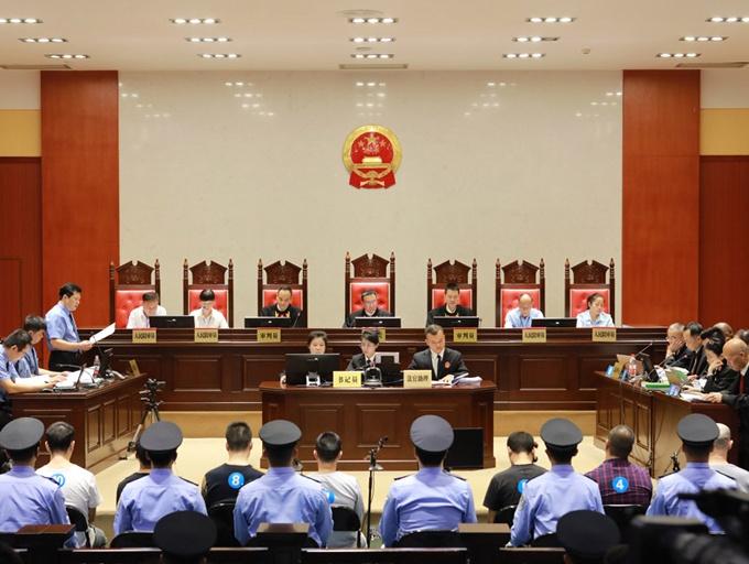 """焦点图:柳州""""大毒枭""""张加爱涉黑团伙受审"""