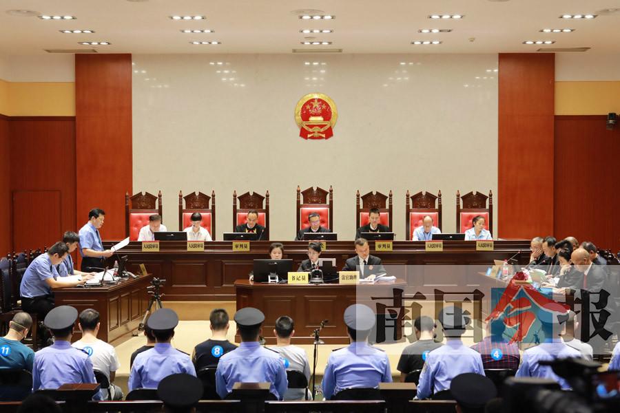 被控涉黑涉毒贿赂公职人员 张加爱等11人受审