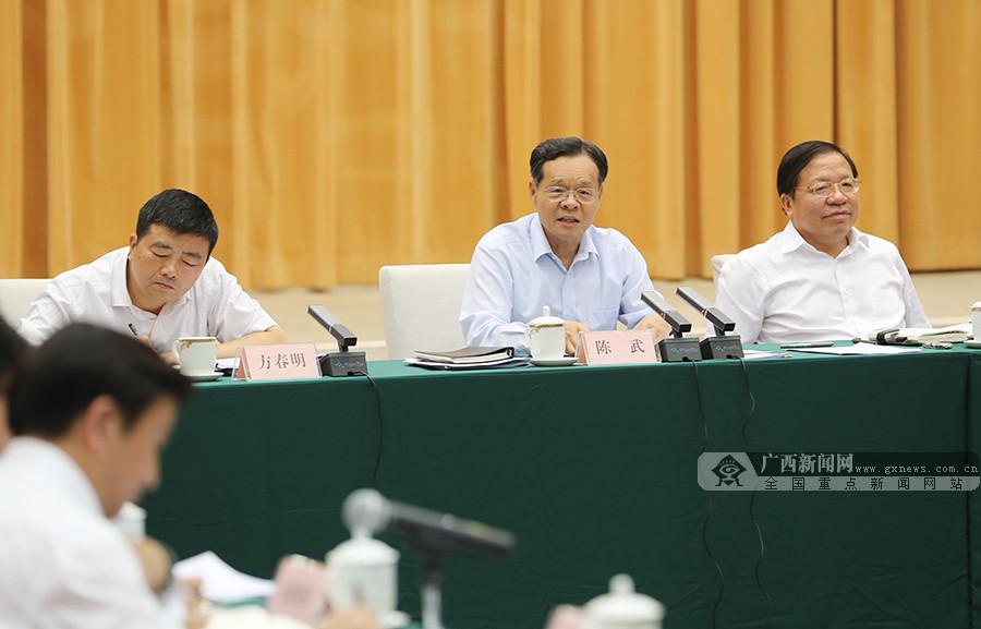 陈武主持召开部分市经济形势座谈会