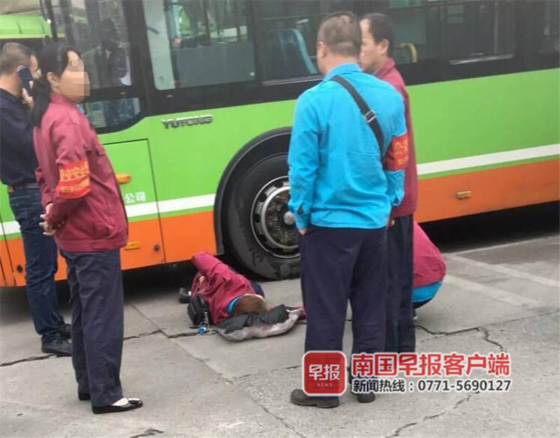 蹲在車輛盲區玩手機 南寧一公交車司機被撞倒在