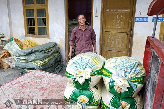 """环江相尧村3.6万斤稻米获帮扶企业""""高价""""认购"""