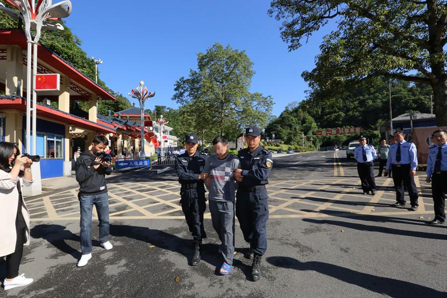 中国警方抓获越南国际红通在逃毒贩黄某某并移交越方