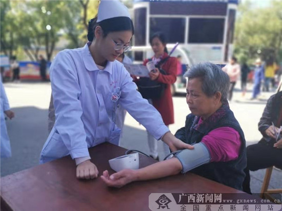 为群众测量血压.南溪山医院 供图