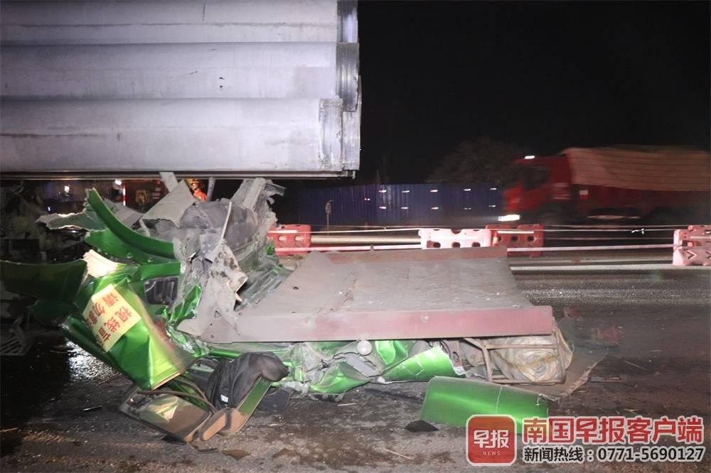 玉林一拖头车急刹水泥杆将驾驶室碾平 司机遇难