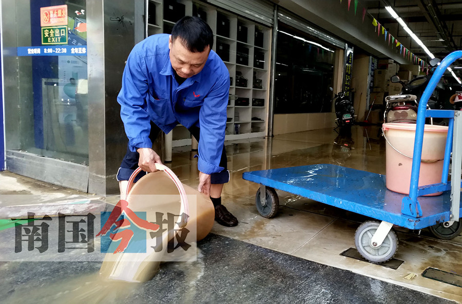 柳州:自来水管爆裂冲出一个大坑 数十家商铺被淹