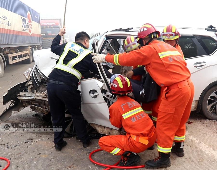 小轿车与大货车相撞致一人被困 事故现场一片狼藉