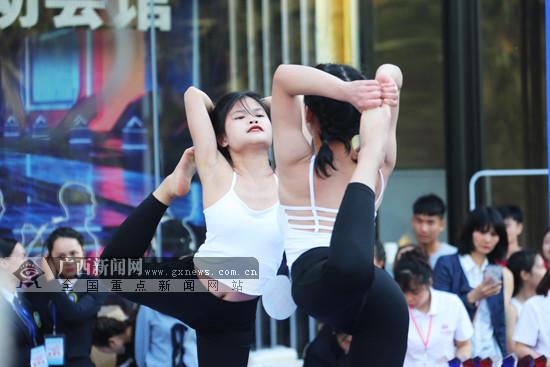 """2019广西健身瑜伽锦标赛上演:百余选手""""美丽绽放"""""""