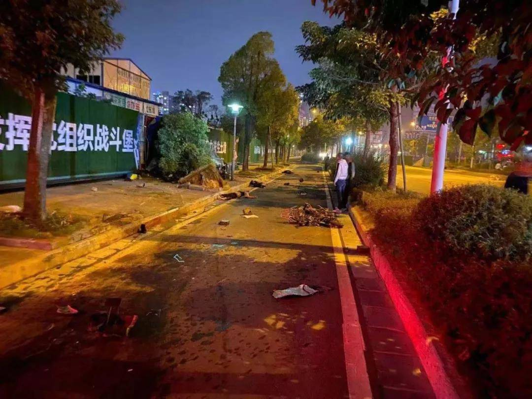 桂林一90后驾车冲撞两辆电动车,