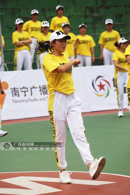 第四届南宁市社区全民健身运动会上演曳步舞角逐