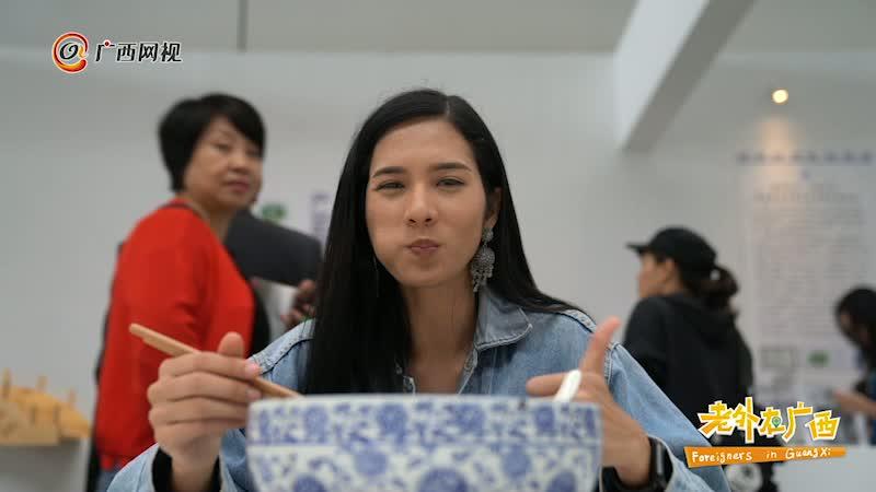 """泰国留学生万娜缇:逛吃世界米粉大会 感受""""嗦""""粉的快乐"""