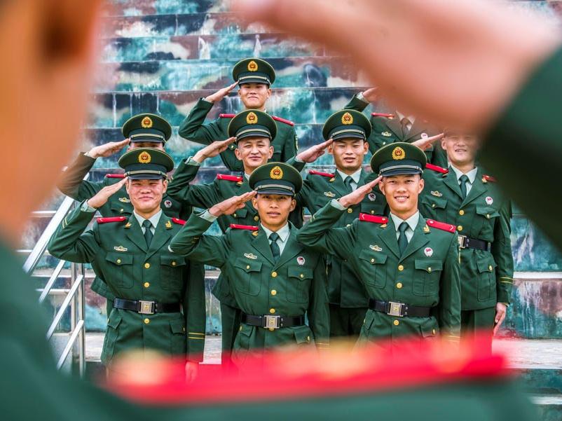 高清组图:光荣一刻 千余名武警新兵授衔