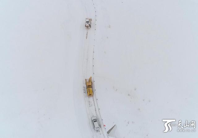 喀纳斯景区及时高效清雪确保旅游道路安全畅通