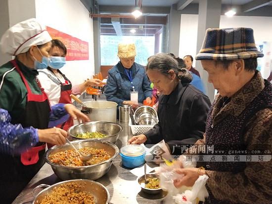 """大化古江安置区贫困老人免费吃上""""扶贫食堂""""早餐"""