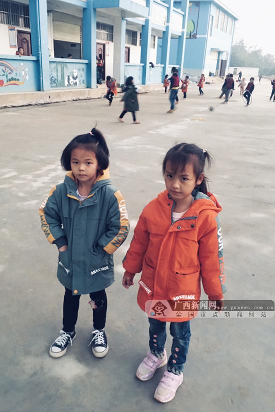 """田林县山区希望小学孩子穿上广西体彩""""温暖牌""""冬衣"""