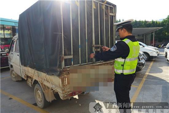 """玉林一""""黑加油车""""遇交警 司机冲卡后弃车逃跑(图)"""
