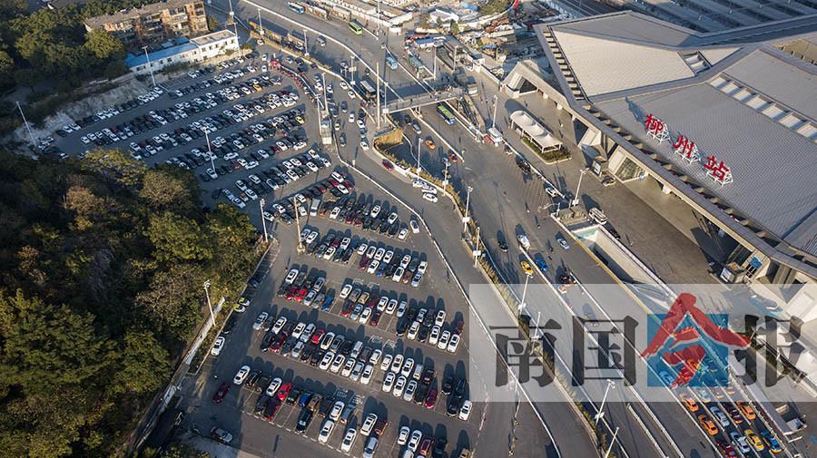 """柳州火车站停车场为何""""东冷西热"""" 车主吐槽……"""