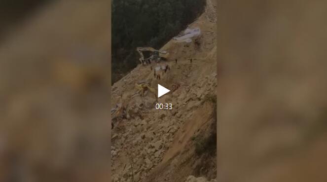 融水一公路施工现场塌方 挖掘机被埋致两人遇难