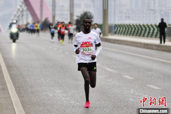 """15国跑者陕西""""竞速""""迎新 传递"""