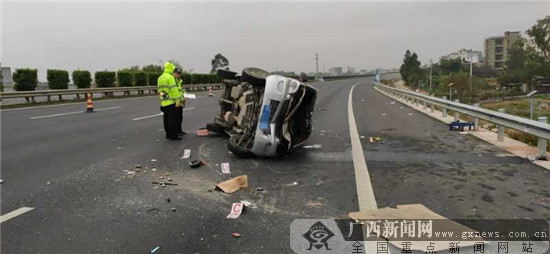 面包车高速路上撞护栏侧翻 车内1人当场身亡(图)