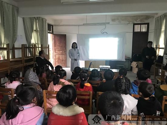 柳州市红十字会医院:心系贫困户 小寒送温暖