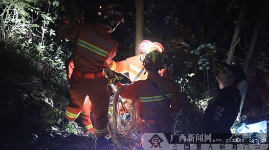 宜州:2人被困山上 消防、民警联合救人