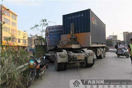 玉林:货车下坡急刹失控追尾摩托车 所幸无人伤亡