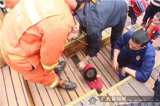 巴马:小孩玩耍不慎被卡木制台阶 消防紧急救援