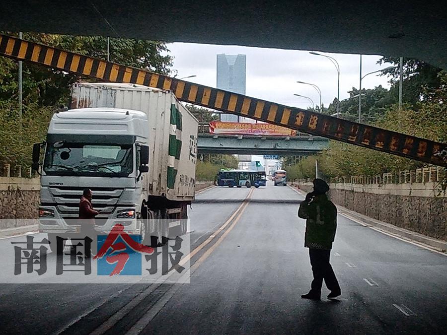 柳州一限高梁被货车撞断 7趟公交车运行中断(图)