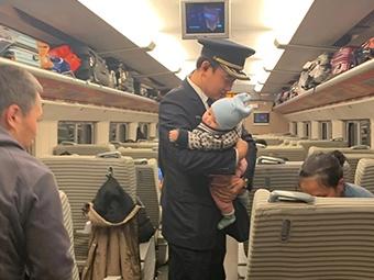 """13日焦点:婴儿动车上哭闹 未婚列车长秒变""""奶爸"""""""