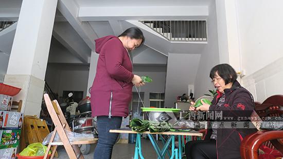 【新春走基层】广西田阳:市民包粽粑 欢乐迎新年