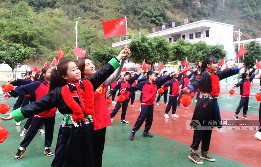 [新春走基层]百色:回乡大学生与留守儿童喜迎新春