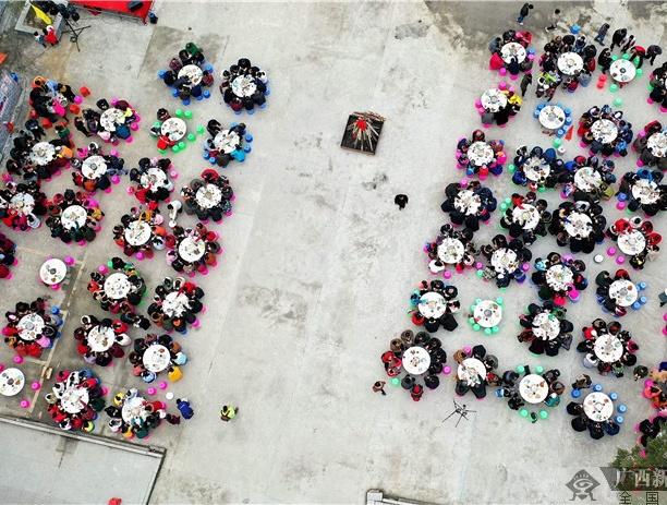 [新春走基层]河池:长桌宴飘香 篝火年味浓(组图)
