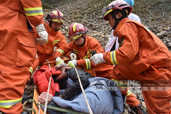 兴安:进山吃土鸡车辆出故障 拖车过程中跌落悬崖