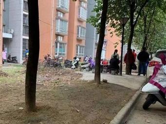 柳州一对母子失联20多天 邻居闻到臭味报警(视频)