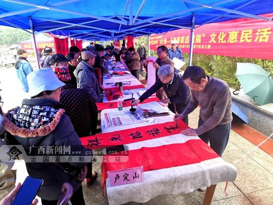 南宁市邕宁区书法爱好免费为群众写3千多副春联
