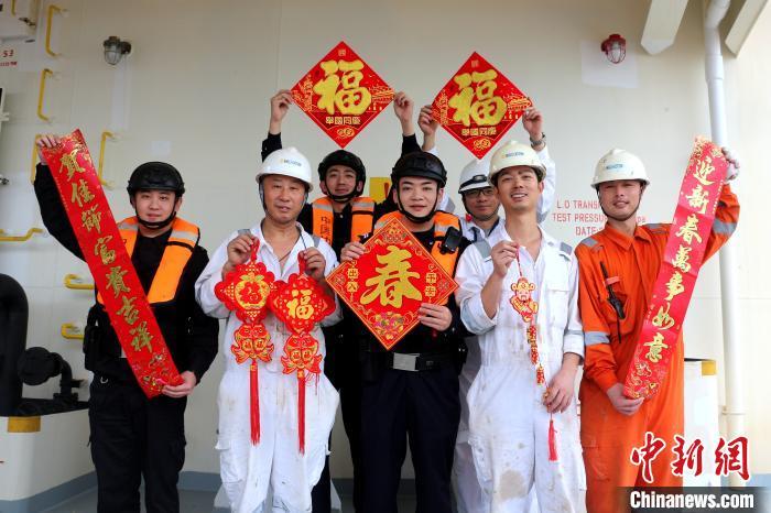"""福建漳州边检站开展送""""年味""""上外"""