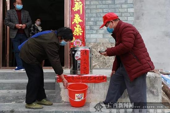 威尼斯人网站市鹿寨县:母女每天煮药茶 无偿赠民防疫情