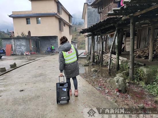 威尼斯人网站扶贫村里的新鲜事:拖着音响战疫情
